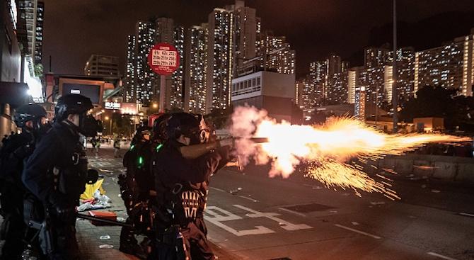Хонконг е в хаос, протестите продължават трети ден