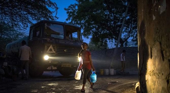 Снимка: Делхи ще достави с камиони основни продукти в Кашмир за ислямския празник Айд ал адха