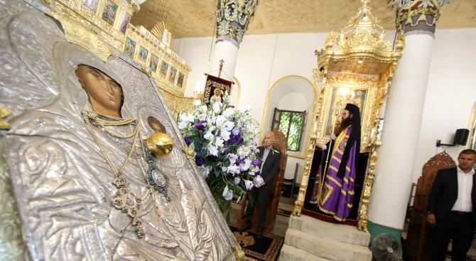 """Миряни посрещнаха чудотворната икона """"Света Богородица"""", известна като """"Златна ябълка"""","""