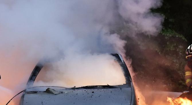 Кола пламна пред СУ, има пострадал