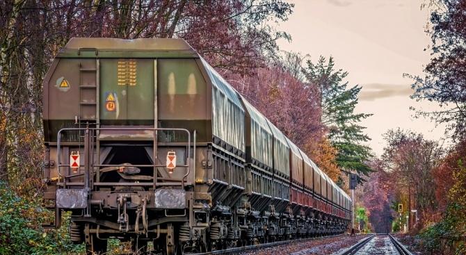 Снимка: Товарен влак пламна между Белово и Костенец