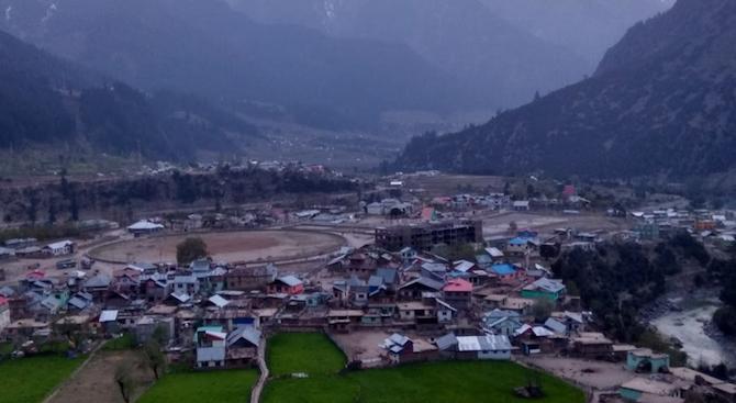 Индийските власти възстановиха днес някои ограничителни мерки в части от