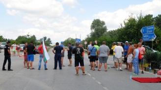 Четвърто денонощие продължава блокадата на пътя Ямбол-Сливен