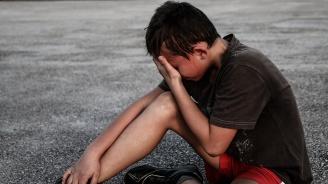 Мъж преби 8-годишно момче на детска площадка, барикадира се в дома си