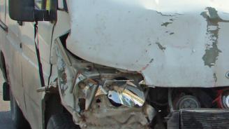 Тежка катастрофа край Враца: Бус се заби в ТИР заради каруца