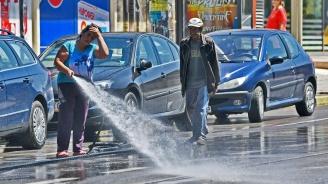Продължава миенето на улици в квартали на пет столични района
