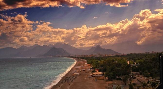 Плажовете в Анталия са празни заради жегите