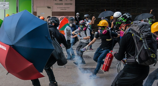 40 души са пострадали при снощните сблъсъци в Хонконг
