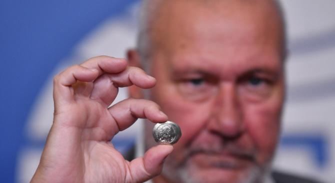 Проф. Николай Овчаров с уникални находки от разкопките на Перперикон