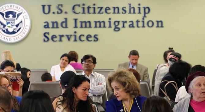 САЩ ще отнемат зелените карти на бедни имигранти