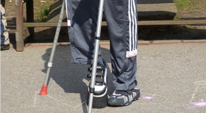 Снимка: 50-годишен мъж с увреждания остана без настойник и роднини, за него се грижи съседката му