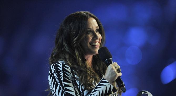 Поп певицата Аланис Морисет стана майка за трети път. Най-новото