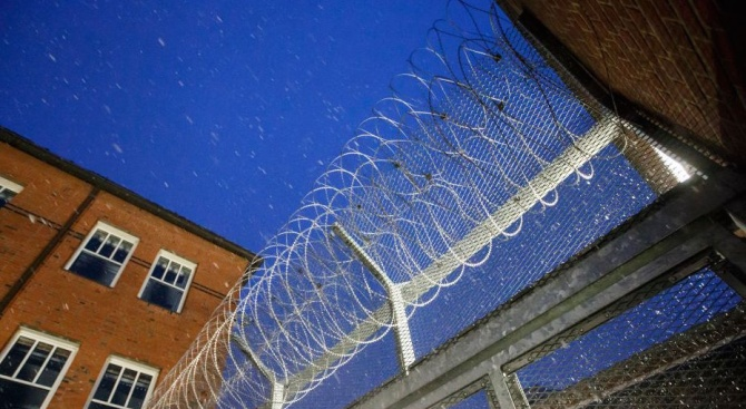 Директорът на федералния затвор в Манхатън беше временно преместен, а