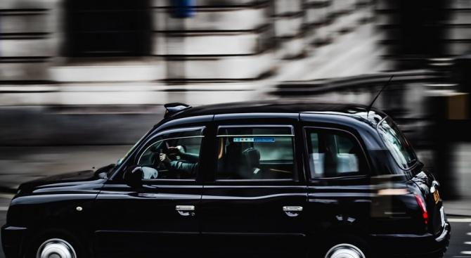 Полицията в Лондон издирва шофьор на такси, който нокаутира и