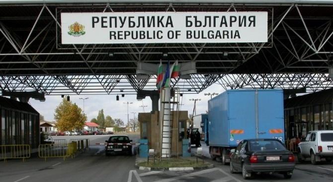 Интензивен е трафикът на границата със Сърбия и Румъния. Това