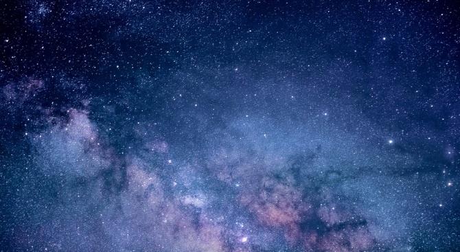 Ярка светлина се появи внезапно в центъра на Млечния път