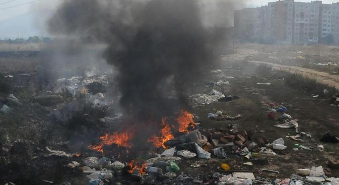 Противопожарни екипи от Великотърновска област локализират пожара на сметището край