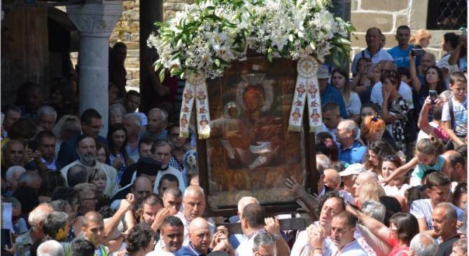 Хиляди се поклониха пред чудотворната икона на Пресвета Богородица Троеручица