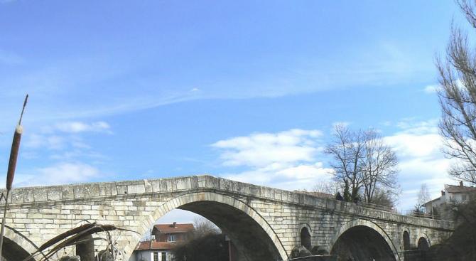 Снимка: Реставрират историческия Кадин мост