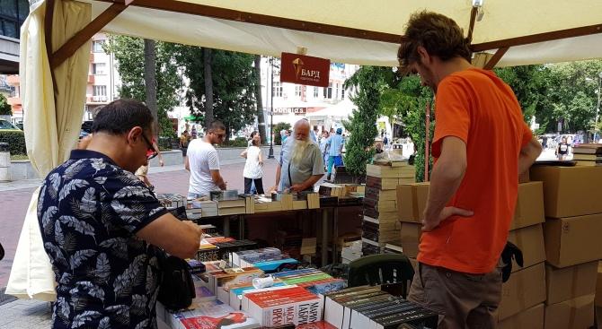 Близо 730 000 общ тираж завъртяха българските автори през изминалата