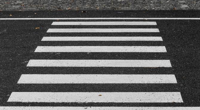 64-годишен мъж е блъснат от лек автомобил на пешеходна пътека