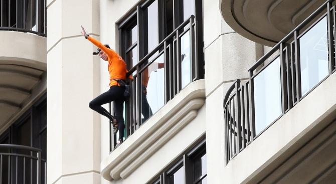 Френският катерач Ален Робер, известен като Човека паяк, изкачи тази