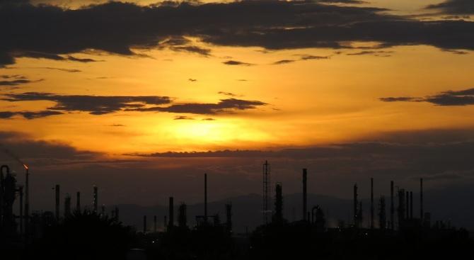 Овладян е пожар, избухнал в голямо петролно и газово находище