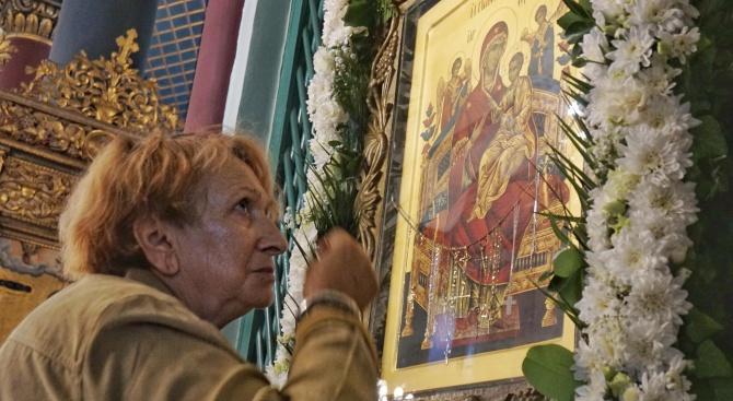 Снимка: Варненци се поклониха на икона, за която вярват, че е чудотворна