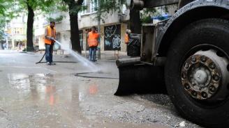 Мият основни улици и булеварди в София