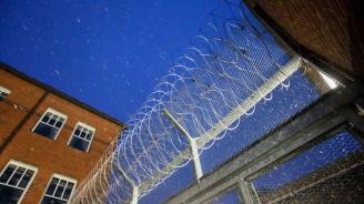 Директорът на затвора, където се намираше Джефри Епстайн, е временно отстранен