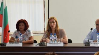 Министър Ангелкова се срещна с бранша в Приморско