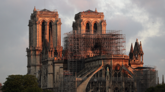 Камъни паднаха от тавана на пострадалата при пожар парижка катедрала Нотр Дам