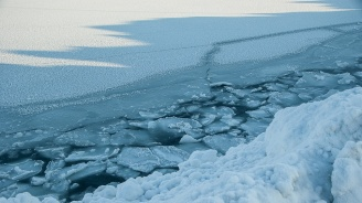 Учени откриха микропластмаса в арктически лед