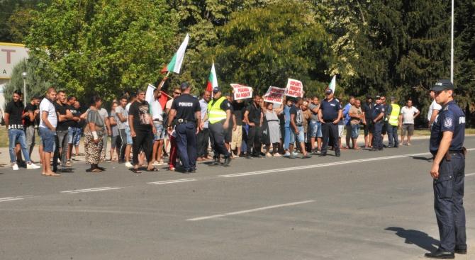 Снимка: Стотина роми опитаха да блокират главния път Силистра - Шумен