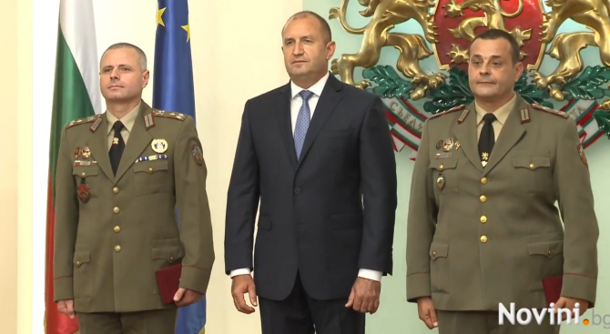 Снимка: Президентът удостои български военнослужещи с висше офицерско звание