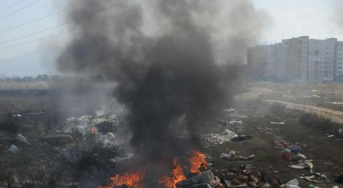 Пожарът на старото сметище в Свищов е овладян, предстои огънят