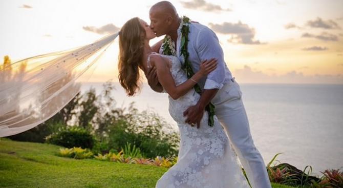Снимка: Дуейн Джонсън-Скалата вдигна сватба на Хаваите