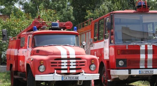 Снимка: Шест екипа гасят пожар, възникнал в складови помещения в Ботевград