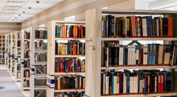 Снимка: Днес 2000 софиянци са взели за четене 4000 книги от Столичната библиотека