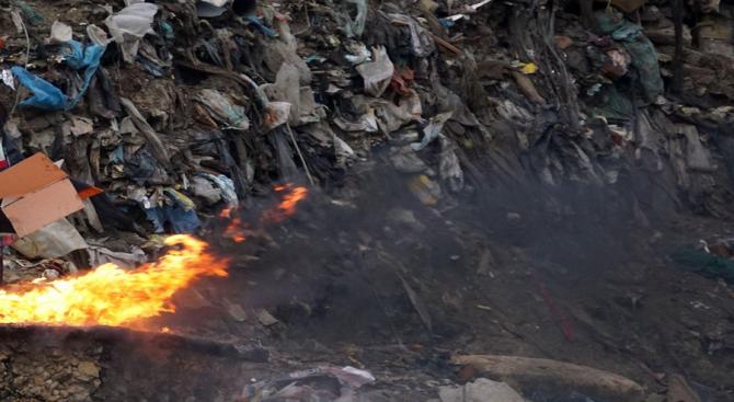 Снимка: Бедственото положение в Свищов остава, въпреки локализирането на пожара в старото сметище