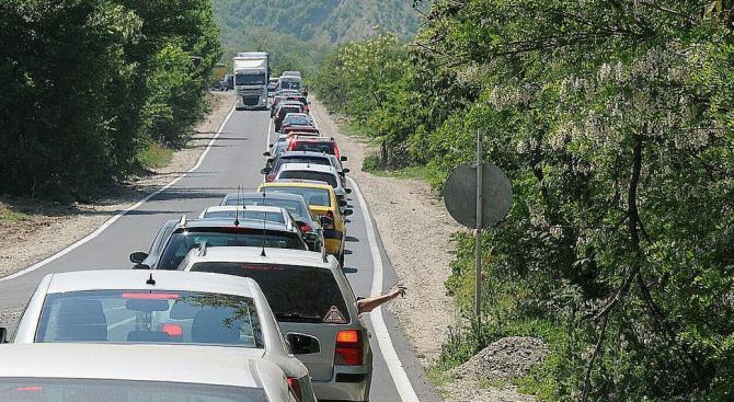 Интензивен е трафикът на границите с Турция, Румъния, Сърбия и