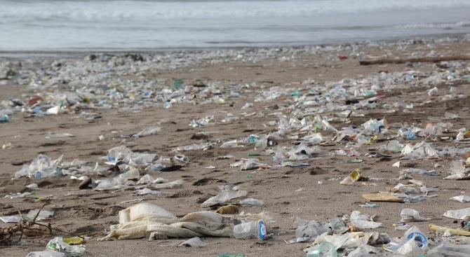 Някои пластмасовите отпадъци могат да стоят незабелязани по плажовете в