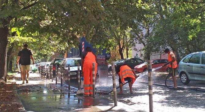 """Служители на почистваща фирма подизпълнител към район """"Красна поляна"""" измиха"""