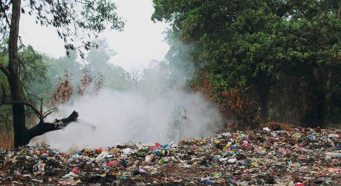 Пожар избухна на старото сметище в Перник. Пламъците са лумнали