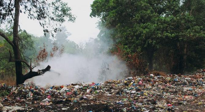 Пожар гори на сметището в Карлово. Огънят е локализиран на