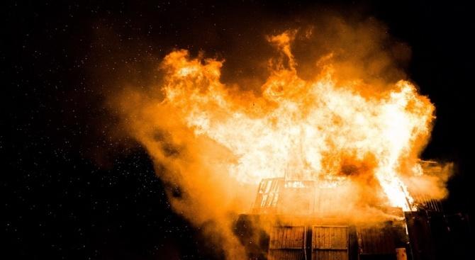 Осем автомобила са изгорели при пожара в складовите помещения в