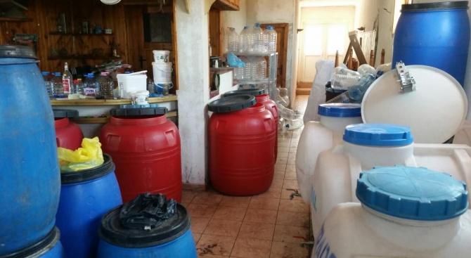 Три пластмасови бидона, съдържащи 156 литра дестилиран алкохол- безцветна течност