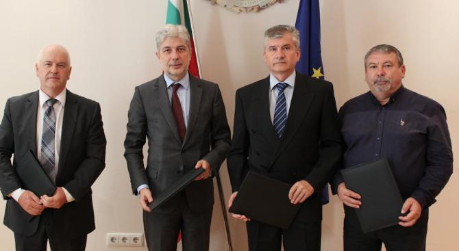 Министърът на околната среда и водите Нено Димов подписа договори