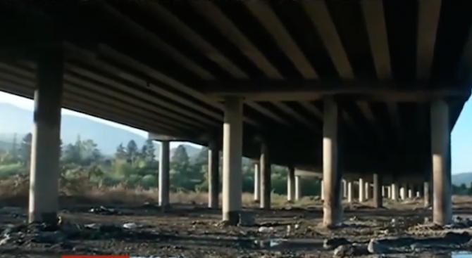 Снимка: Строителната фирма  ползва незаконно терен под мост на АМ