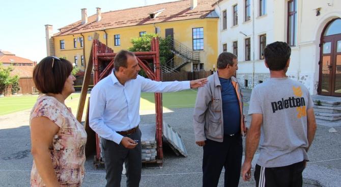 Кметът Георги Икономов инспектира хода на ремонтните дейности в начално